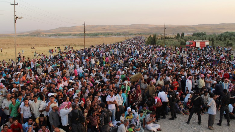 Syrian refugees /Hundreds of Syrian refugees cross into Iraq