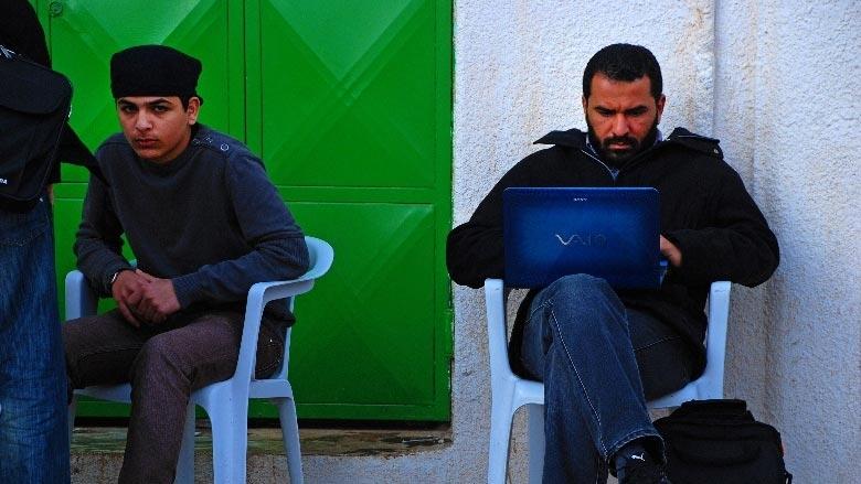 ليبيا: يحاول الشباب التواصل مع أقاربهم على الإنترنت