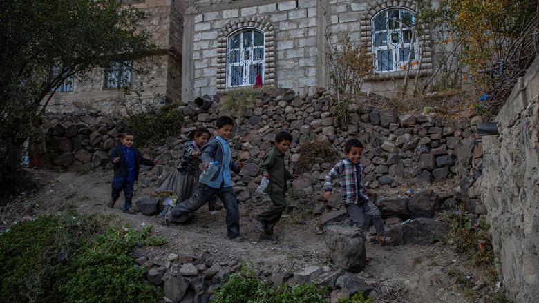مجموعة أطفال يمنيون يلهون في قرية الدهيلة، مديرية آنس، محافظة ذمار