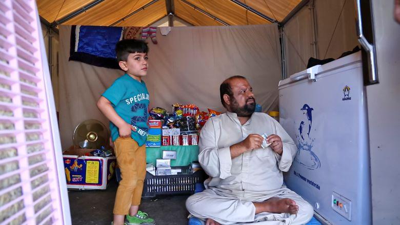 نازح يدير أحد الاعمال البسيطة في مخيم الحبانية، محافظة الأنبار، العراق.