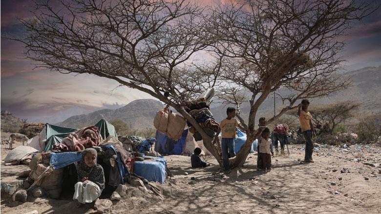 اطفال يعيشون في مخيم للاجئين بعد فرارهم من القتال في تعز باليمن.